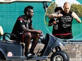 wesley sneijder meets with nice team-mate mario balotelli
