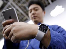 Apple will reportedly make 2 versions of the next generation Apple Watch (AAPL)
