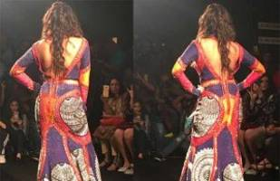 photos: this b-town actress raises the hotness quotient as she walks the ramp in this sultry outfit!