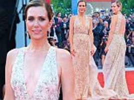 kristen wiig ramps up the glamour at venice film festival