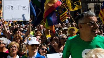 catalonia referendum: separatists rally around mayors in barcelona