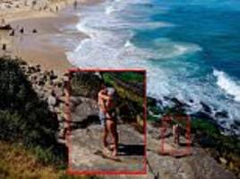 backpacker photographs man proposing girlfriend at bondi