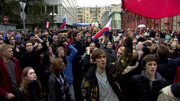 moscow protesters march towards kremlin, but blocked by police