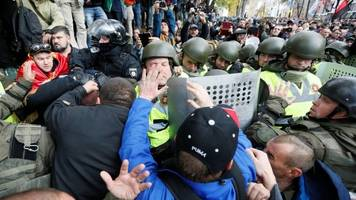 ukraine anti-graft protesters clash with riot police