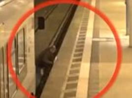 Man gets jammed between a moving train and the platform