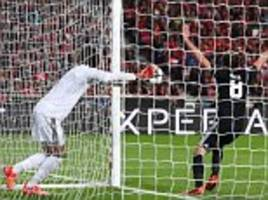 benfica 0-1 manchester united: keeper blunder gifts win