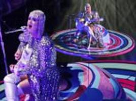 Katy Perry gets STUCK on Saturn platform during TN concert
