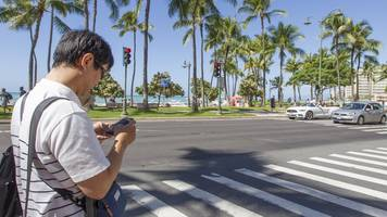 honolulu bans texting and walking with threat of fines