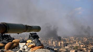 syria government forces close in on is border town