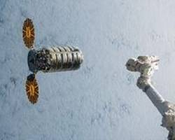 robotic arm reaches out and grapples cygnus