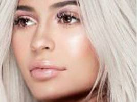 'Pregnant' Kylie Jenner hides her 'baby bump'