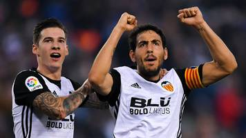Valencia stay in touch with Barcelona with eighth in a row