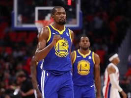 Apple is making a TV show based on NBA superstar Kevin Durant's childhood that's inspired by 'Friday Night Lights'