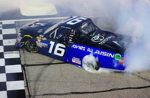 Brett Moffitt's daring moves propels him to the win at Atlanta | 2018 TRUCK SERIES | FOX NASCAR
