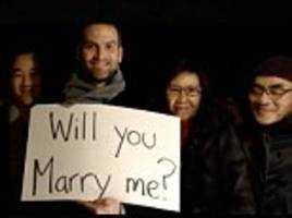 man proposes to girlfriend by editing himself in to love actually