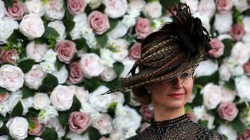 ladies day draws thousands of fashion fans to aintree
