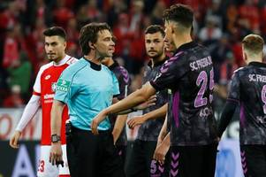 referee drags players back onto pitch after var awards penalty at half-time in bundesliga