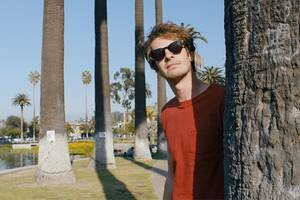 'under the silver lake' film review: andrew garfield lives dirtbag dream in la story