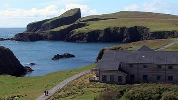 plane undercarriage partly collapses during fair isle landing