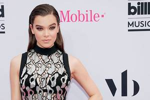 hailee steinfeld to play emily dickinson in apple comedy series