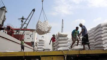 why battle for crucial yemen port matters