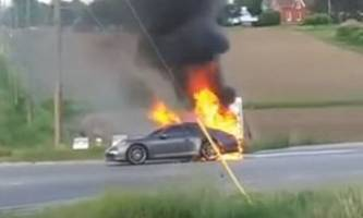 Porsche 911 Burns Down in Canada, Firefighters Seem to Take It Easy