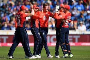 jake ball advises his fellow england bowlers how to deal with trent bridge