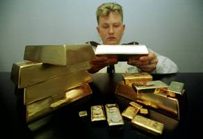 gold hits its lowest level of the year
