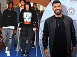 kevin de bruyne hobbles in on crutches as manchester city stars arrive for all or nothing premiere