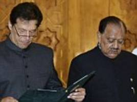 Imran Khan is sworn in as Pakistan's new Prime Minister