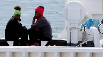 Italy migrant row: UN calls for 'urgent' end to ship stand-off