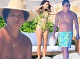 bruno mars fans react to his beach body as he slips on printed trunks for mexico beach day