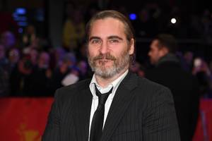 the first image of joaquin phoenix as the joker has been revealed, and he's not wearing any clown makeup