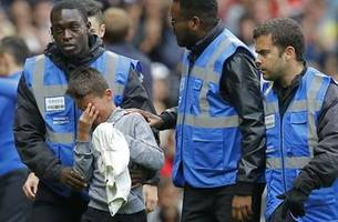Neymar gives jersey to crying boy as PSG beats Rennes 3-1