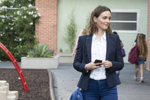 'single parents' star leighton meester says playing a mom gives her 'room to have a little bit more depth'
