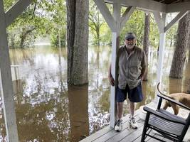 thousands of georgetown residents told to flee rising floodwaters in south carolina