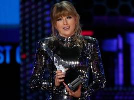 swift breaks whitney record – and gets political – at awards