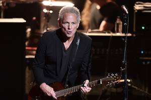 fleetwood mac 'strongly disputes' lindsey buckingham's lawsuit