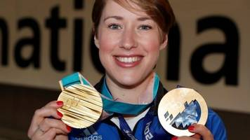 watch: lizzy yarnold wins skeleton gold in 2014 & 2018