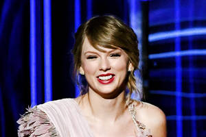 taylor swift and her patriotic toenails urge you to vote early (photo)