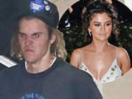 justin bieber is back to making odd facial expressions