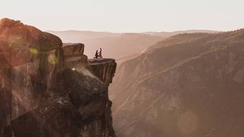 Yosemite: Photographer searches for Taft Point proposal couple