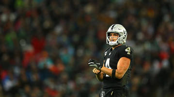 Report: Raiders Quarterback Derek Carr Has 'Fractured Relationship' With Teammates