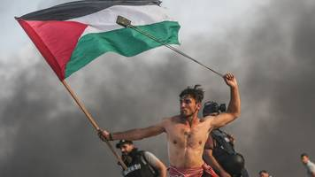 gaza protest image likened to famous delacroix painting