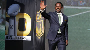 watch: packers fans don't recognize desmond howard, try to recruit him into fan base