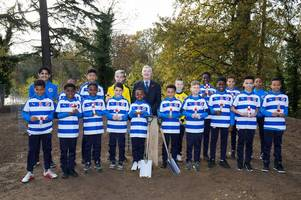 reading fc youngsters plant trees at bearwood for fallen first world war royals heroes