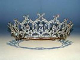 police hunt gang of burglars who broke into a estate and stole a 'priceless' tiara