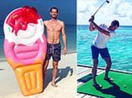andy murray shows off ripped torso as he relaxes on maldives beach