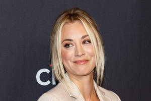 'big bang theory' star kaley cuoco artfully ignores her director in behind-the-scenes pics (photos)