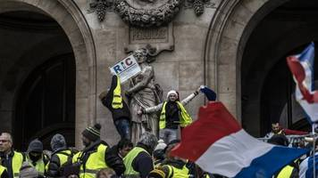 at least 8 people died as 'yellow vest' protests in france continue